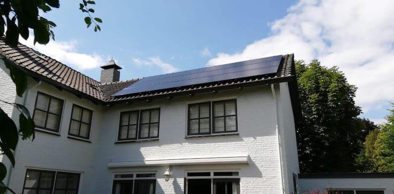 12 hoge kwaliteit SunPower P19 zonnepanelen van 320Wp op het dak van een woning in Etten-Leur