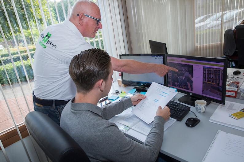 Binnendienst van Pebble Green Systems werkt uit wat de adviseur met de klant heeft besproken