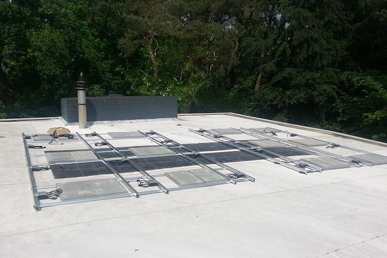 Onderconstructie voor zonnepanelen op een dak in Breda met optimizers van SolarEdge