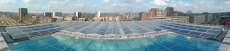 Panoramafoto van 254 zonnepanelen op dak