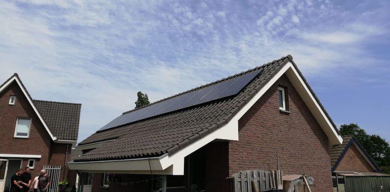SunPower MAX-2 350Wp zonnepanelen op een hellend dak van een schuur in Den-Hout