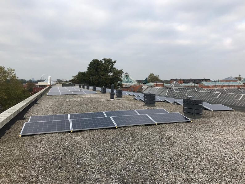 Zuid-opstelling van zonnepanelen op het dak van een appartementencomplex